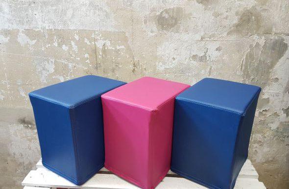 Das Foto zeigt FlatCubes von SWOOFLE. Passend zur Farblehre in der Farbkombination - blau fuchsia blau - SWOOFLE Mietmöbel