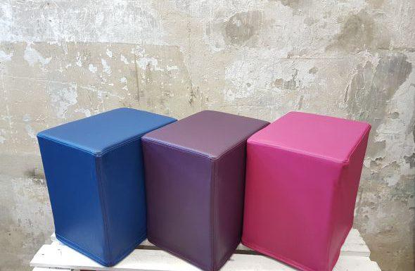 Das Foto zeigt FlatCubes von SWOOFLE. Passend zur Farblehre in der Farbkombination- blau lila fuchsia - SWOOFLE Mietmöbel