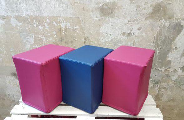 Das Foto zeigt FlatCubes von SWOOFLE. Passend zur Farblehre in der Farbkombination - fuchsia blau fuchsia - SWOOFLE Mietmöbel