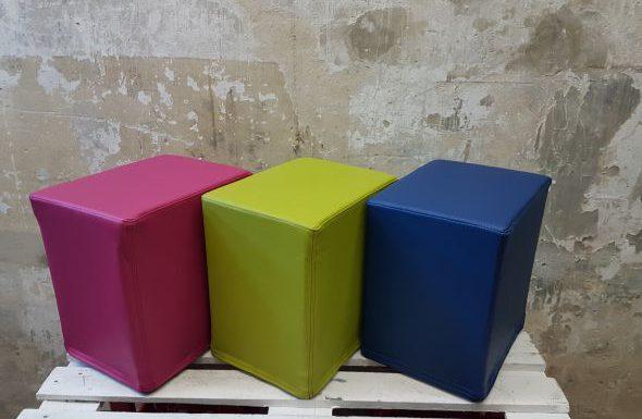 Das Foto zeigt FlatCubes von SWOOFLE. Passend zurFarblehre in der Farbkombination- fuchsia grün blau - SWOOFLE Mietmöbel