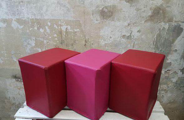 Das Foto zeigt FlatCubes von SWOOFLE. Passend zur Farblehre in der Farbkombination- fuchsia rot fuchsia - SWOOFLE Mietmöbel