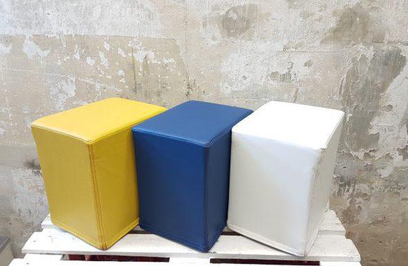 Das Foto zeigt FlatCubes von SWOOFLE. Passend zur Farblehre in der Farbkombination - gelb blau weiß - SWOOFLE Mietmöbel
