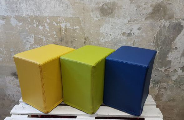 Das Foto zeigt FlatCubes von SWOOFLE. Passend zur Farblehre in der Farbkombination - gelb grün blau - SWOOFLE Mietmöbel