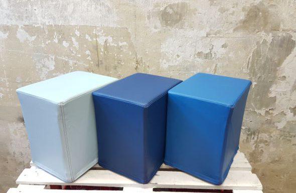 Das Foto zeigt FlatCubes von SWOOFLE. Passend zur Farblehre in der Farbkombination- gletscher royal blau aqua - SWOOFLE Mietmöbel