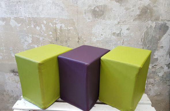 Das Foto zeigt FlatCubes von SWOOFLE. Passend zur Farblehre in der Farbkombination- grün lila grün - SWOOFLE Mietmöbel