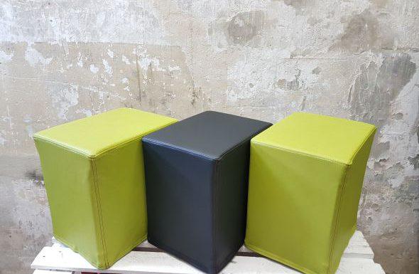 Das Foto zeigt FlatCubes von SWOOFLE. Passend zur Farblehre in der Farbkombination - grün schwarz grün - SWOOFLE Mietmöbel