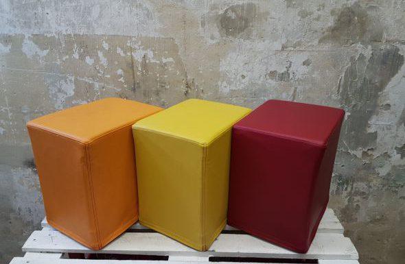 Das Foto zeigt FlatCubes von SWOOFLE. Passend zur Farblehre in der Farbkombination- orange gelb rot - SWOOFLE Mietmöbel