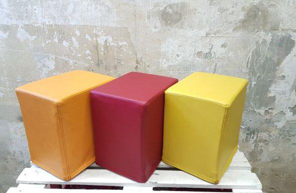Das Foto zeigt FlatCubes von SWOOFLE. Passend zur Farblehre in der Farbkombination - orange rot gelb - SWOOFLE Mietmöbel