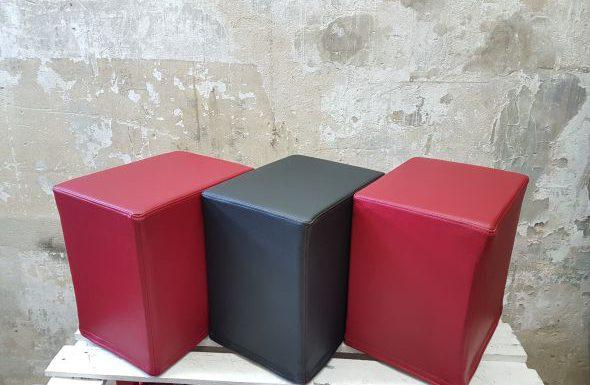 Das Foto zeigt FlatCubes von SWOOFLE. Passend zur Farblehre in der Farbkombination rot schwarz rot- SWOOFLE Mietmöbel