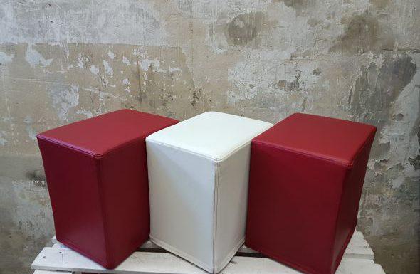 Das Foto zeigt FlatCubes von SWOOFLE. Passend zur Farblehre in der Farbkombination- rot weiß rot - SWOOFLE Mietmöbel
