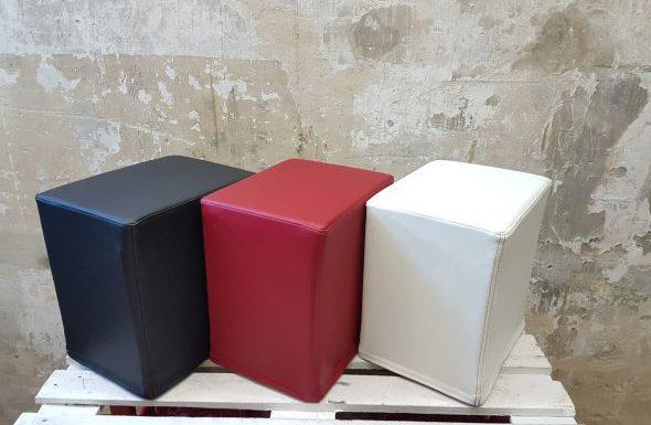 Das Foto zeigt FlatCubes von SWOOFLE. Passend zur Farblehre in der Farbkombination - schwarz rot weiß - SWOOFLE Mietmöbel
