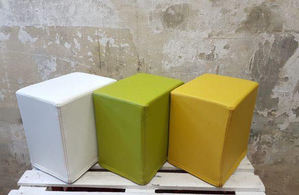 Auf dem Foto sind FlatCubes von SWOOFLE abgebildet. Passend zur Farblehre in der Kombination - weiß grün gelb - SWOOFLE Mietmöbel.