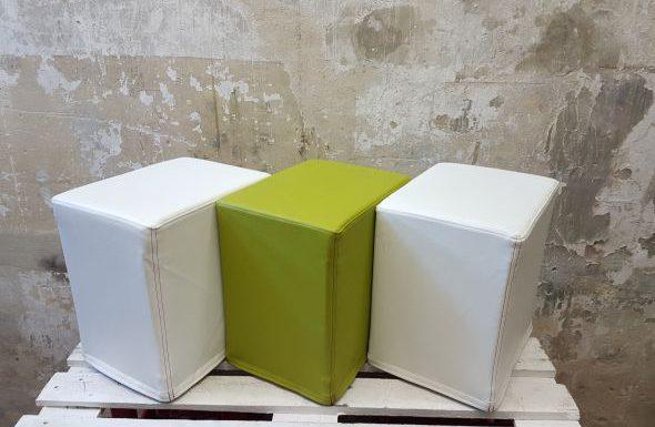 Auf dem Foto sind FlatCubes von SWOOFLE zu sehen .Passend zur Farblehre in der Kombination - weiß grün weiß - SWOOFLE Mietmöbel